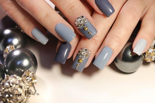 Manicure grigioblu con tagli