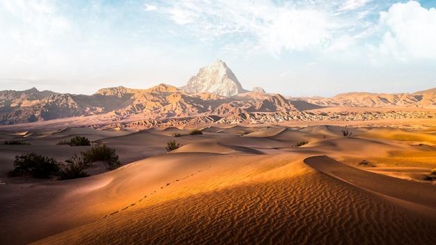 Grande deserto con nuvole bianche