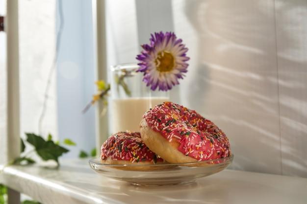 Ottime ciambelle e latte a colazione. delizioso dessert.