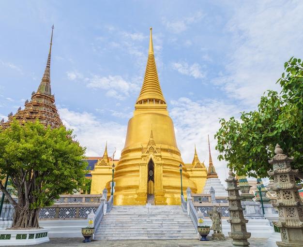 Il grande stupa dorato di wat phra kaew contro il cielo, il tempio del buddha di smeraldo wat phra kaew è uno dei luoghi più famosi di bangkok, thailandia