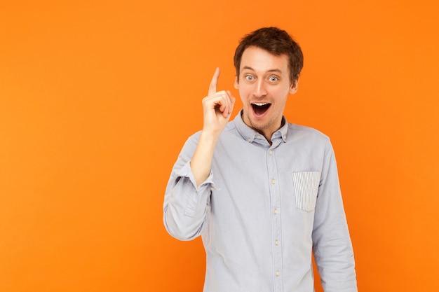 Grande idea giovane uomo adulto finger up ha un'idea creativa