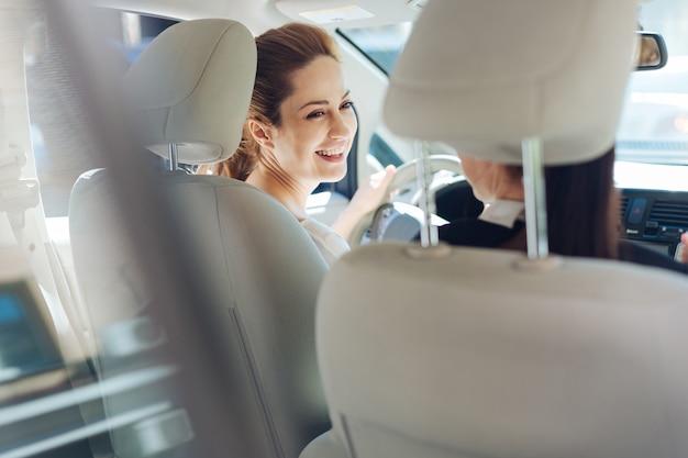 Ottimo umore. donne attraenti felici gioiose che guidano in macchina e ridono pur essendo di ottimo umore