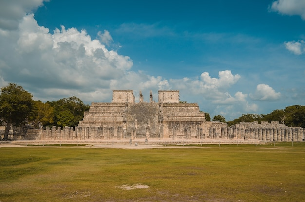 Ottima foto della piramide di chichen itza, civiltà maya, uno dei siti archeologici più visitati del messico.