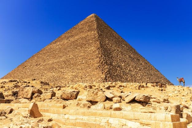 La grande piramide di cheope a giza, in egitto.