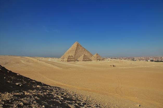 Grandi piramidi dell'antico egitto a giza il cairo