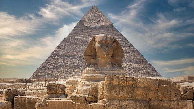 La grande sfinge e le piramidi, famosa meraviglia del mondo, giza, egitto