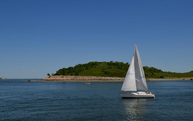 Ottima vista di una barca a vela appena al largo delle isole del porto di boston.