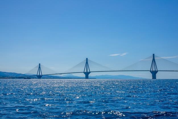 Grecia. ponte rion antirion. tre alti piloni del ponte strallato sul golfo di corinto con tempo soleggiato