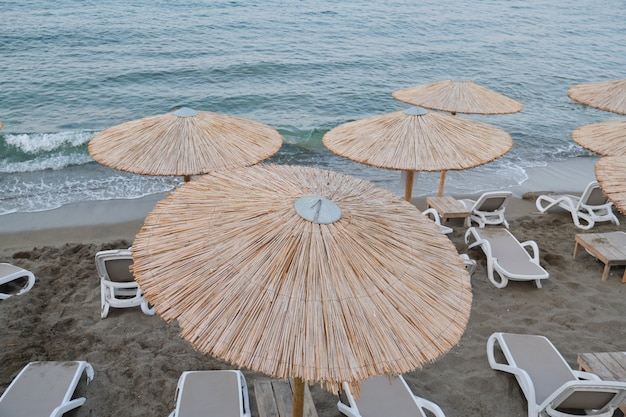 Grecia creta, heraklion. 2019/12/09. costa dell'isola greca di creta, spiaggia vuota del mare