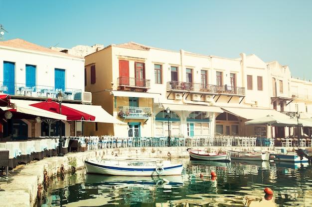 Grecia. creta rethymnon, barche, mare e ristorante. impressione della grecia
