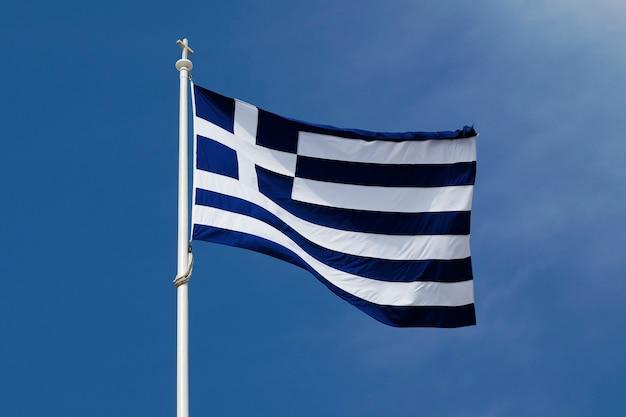 Bandiera della grecia sul cielo blu