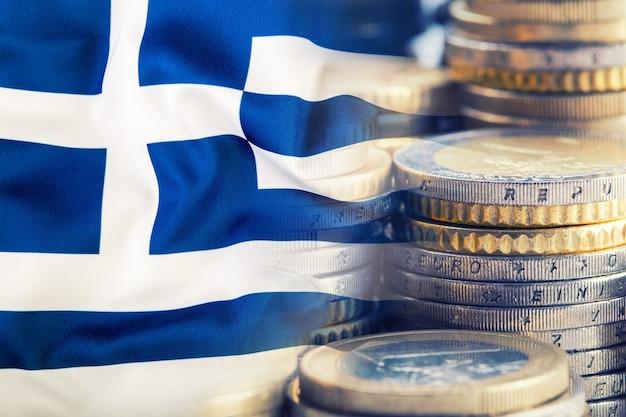 Bandiera della grecia. soldi dell'euro. valuta dell'euro. bandiera greca sventolante colorata su uno sfondo di denaro in euro