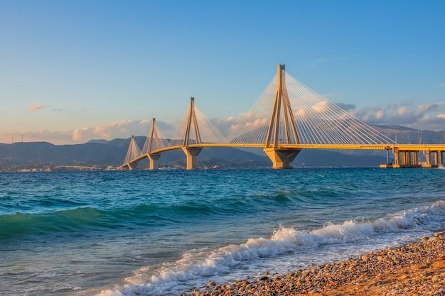Grecia. golfo di corinto e ponte rio antirio. illuminazione del tramonto