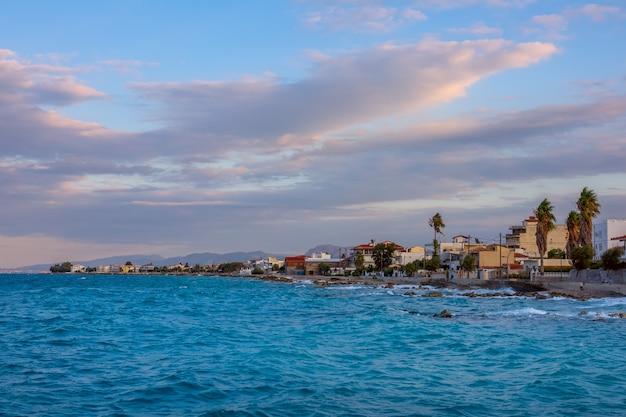 Grecia. serata estiva nella piccola città costiera di kyato. surf ventoso