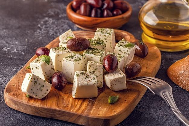 Feta di formaggio greco con origano e olive
