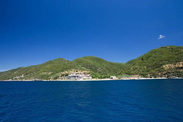 Costa greca vicino al monte santo athos, calcidica, grecia