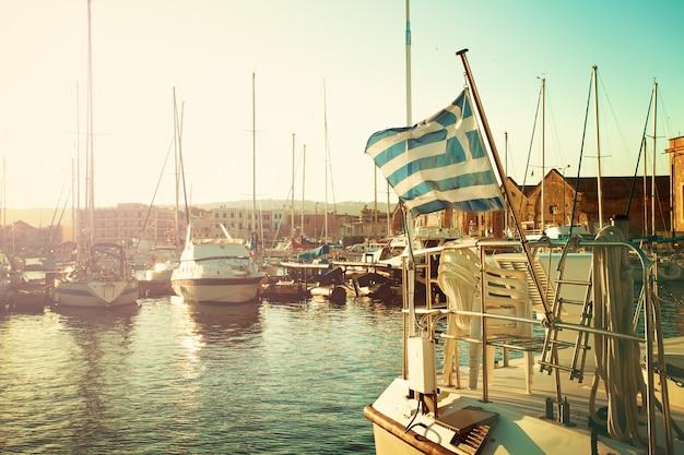 Bandiera greca e barche. impressioni della grecia