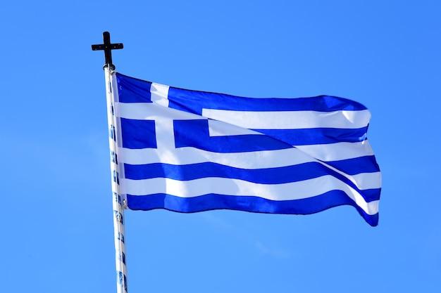 La bandiera greca vola contro un cielo blu