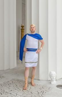 Primo piano dell'uomo greco sullo sfondo di antiche colonne