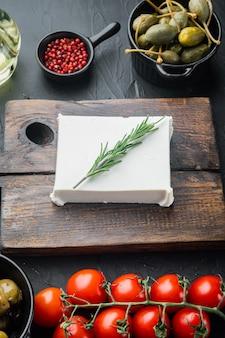 Set di ingredienti per insalata greca, su nero