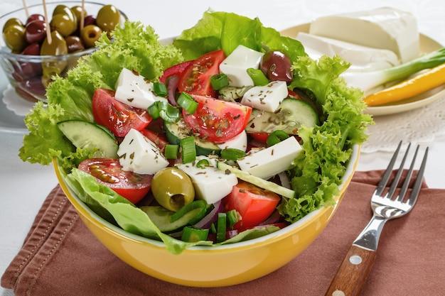 Insalata greca con feta e gustosa selezione di verdure.