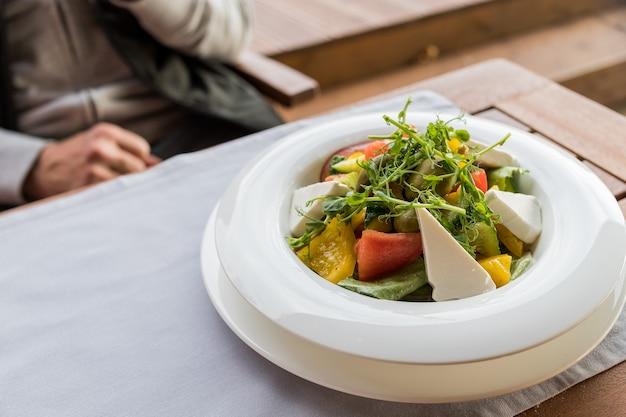 Insalata greca con verdure fresche e formaggio feta