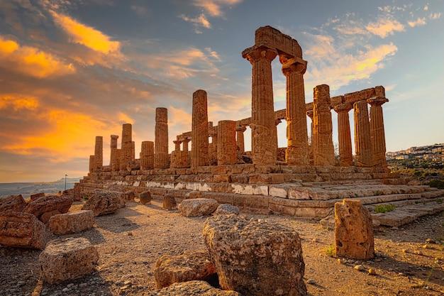 Tempio greco di giunone nell'area archeologica di agrigento. italia
