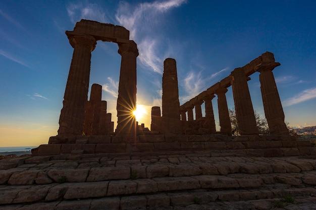 Tempio greco di giunone al tramonto. agrigentino, italia.