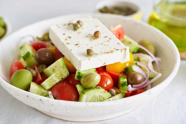 Horiatiki insalata di villaggio greco con vista laterale di formaggio feta si chiuda