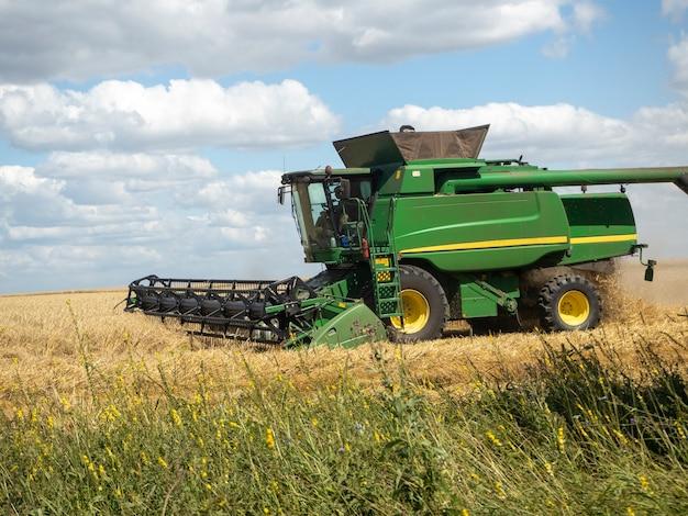 Mietitrice agricola verde. macchine agricole per la raccolta. concetto di agricoltura