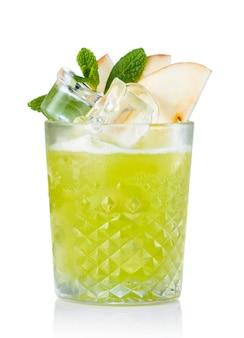 Cocktail dell'alcool della frutta della mela verde isolato