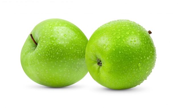 Mela verde isolata su fondo bianco con goccia di acqua