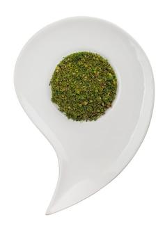 Spezie aromatiche verdi su un piatto su uno sfondo bianco. tracciato di ritaglio