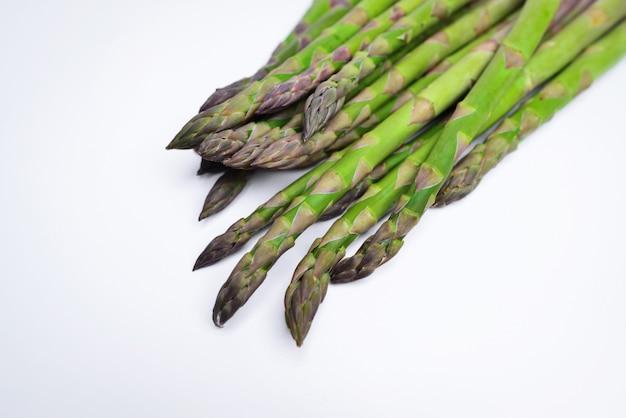 Bastoncini di asparagi verdi isolati su sfondo bianco studio shot verdure asparagi isolati su sfondo bianco asparagi freschi maturi su sfondo bianco