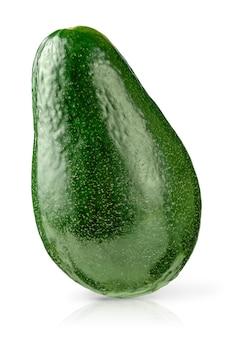 Avocado verde isolato con tracciato di ritaglio su sfondo bianco. avvicinamento