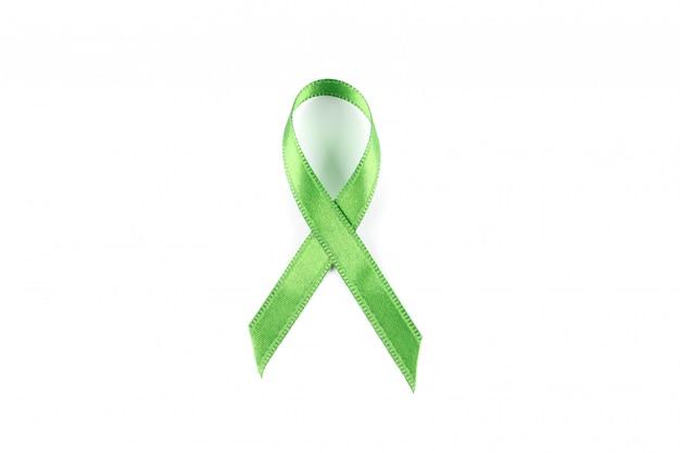 Nastro verde di consapevolezza isolato su bianco