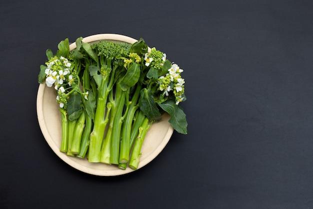 Cavolo broccolo verde su sfondo scuro.