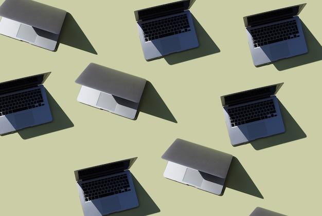 Sfondo verde con computer portatili tecnologia modello computer internet attrezzature per il lavoro remoto