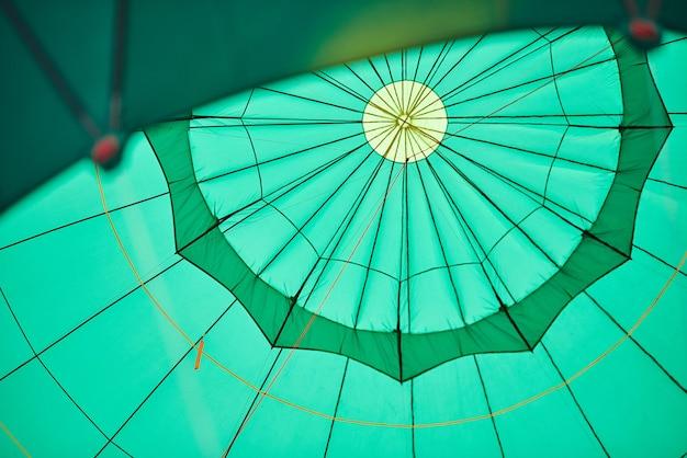 Palloncino verde dall'interno con corde