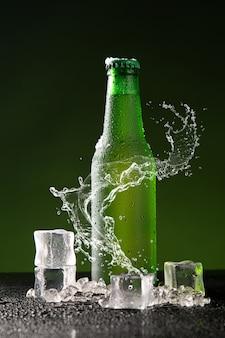 Bottiglia di birra verde con splash
