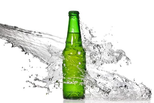 Bottiglia di birra verde con spruzzi d'acqua isolato su bianco
