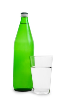 Bottiglia verde e bicchiere con acqua