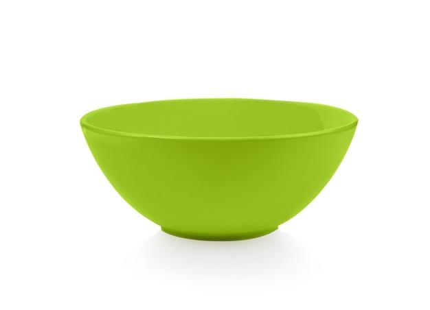 Ciotola verde vuota isolata su sfondo bianco