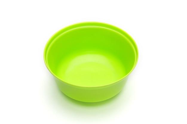Ciotola verde per frutta e verdura su uno sfondo bianco isolato