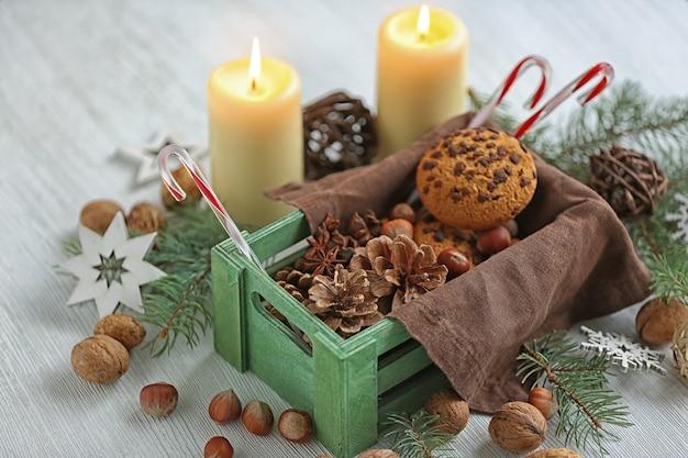 Scatola verde con decorazioni natalizie sul tavolo