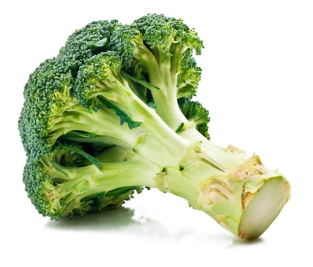 Broccoli verdi isolati su bianco