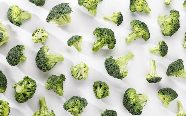 Cibo modello broccoli verdi. verdura isolata su priorità bassa bianca. vista dall'alto.