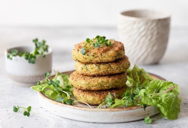 Cibo vegano per hamburger di quinoa e broccoli verdi