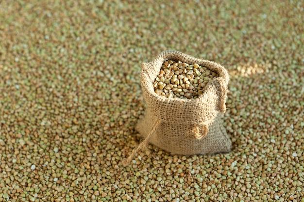 Grano saraceno verde in un sacchetto su cereali biologici