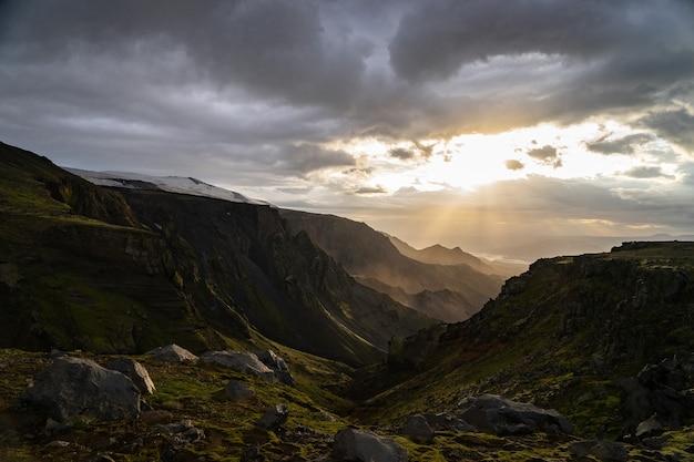 Canyon verde e montagna durante il tramonto spettacolare e colorato sul sentiero escursionistico fimmvorduhals vicino a thorsmork.